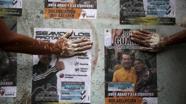 https://misionverdad.com/sites/default/files/styles/mv_-_712x400/public/reuters-opposition-supporters-use-their-hands-to-glue-posters-of-candidates-from-the-venezuelan-coalition-of-opposition-parties-in-caracas.jpg?itok=Opb2kidH